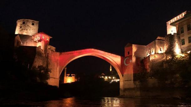 Ura e Mostarit ndriçohet me ngjyrat e flamurit turk | TRT  Shqip
