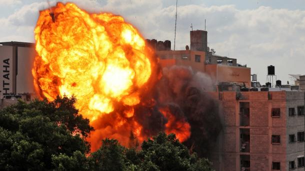 Izraeli vazhdon sulmet nga toka, ajri dhe deti në Gazë   TRT  Shqip