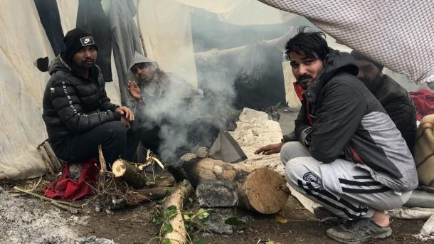 Azilkërkuesit vazhdojnë të presin para kufirit grek | TRT  Shqip