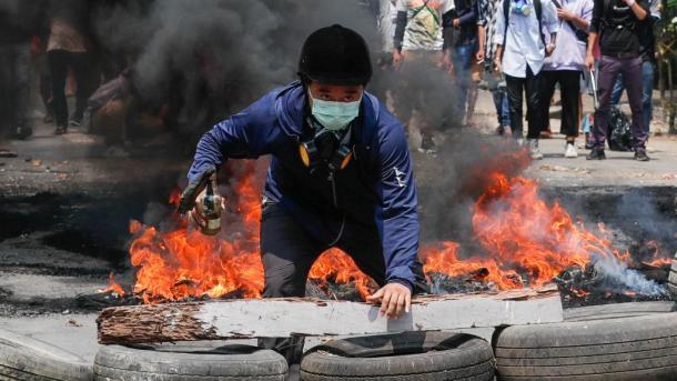 Vazhdon të rritet numri i të vrarëve në protesta kundër grushtit të shtetit në Mianmar | TRT  Shqip