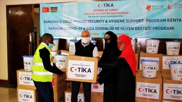 Turqia shpërndan ndihma humanitare në Kenia   TRT  Shqip