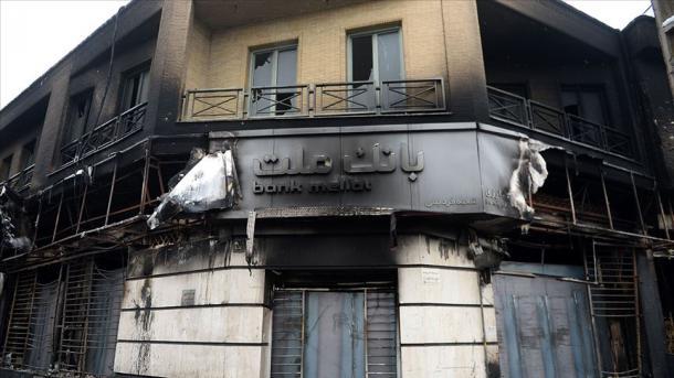 İranlılar etiraz bildirir, digər tərəfdən bank və şöbələrinə zərər vururlar
