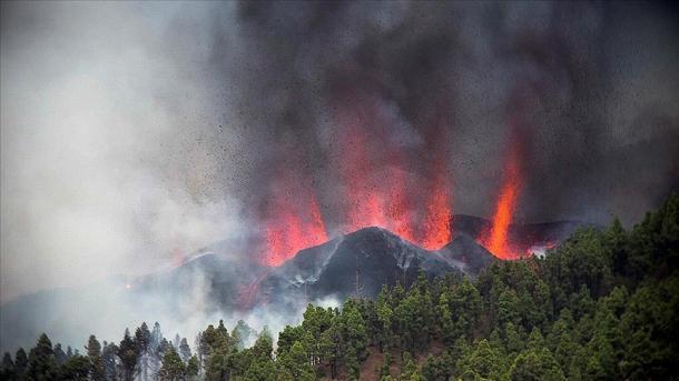 اسپین: کنیریا جزائر کے آتش فشاں نے لاوا اگلنا شروع کر دیا thumbnail
