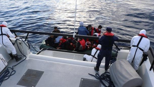 Roja Bregdetare turke shpëtoi 17 azilkërkues të prapësuar nga Roja Bregdetare greke | TRT  Shqip