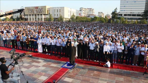 Besimtarët myslimanë në Shqipëri, Kosovë e Maqedoninë e Veriut falën namazin e bajramit | TRT  Shqip