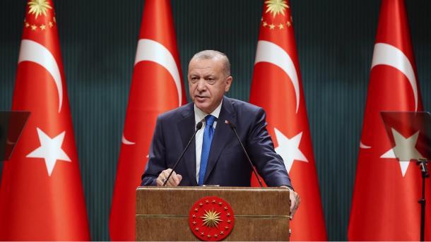 Erdogani Macronit: Nuk mund të na jepni ju leksione për humanizmin | TRT  Shqip