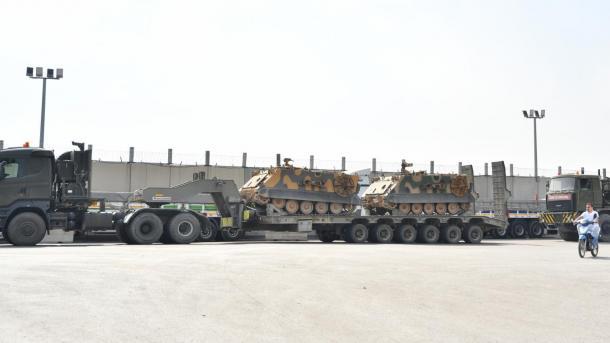 Ushtria turke dërgon përforcime ushtarake për njësitë në kufirin sirian | TRT  Shqip