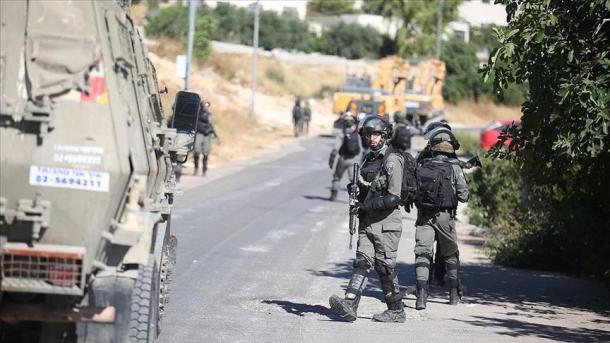 Bregu Perëndimor – Ushtarët izraelitë martirizojnë një palestinez dhe plagosin gruan e tij | TRT  Shqip