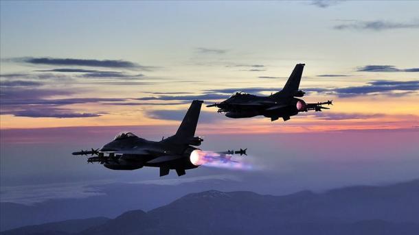 Avionët turq F-16 shkatërrojnë strofkat e terroristëve në veri të Irakut   TRT  Shqip