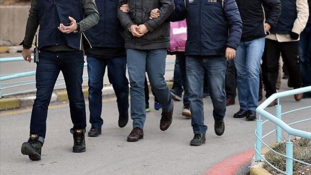 Turqia deportoi 3 terroristë në vendet e tyre të origjinës, në mesin e tyre 2 kosovarë | TRT  Shqip