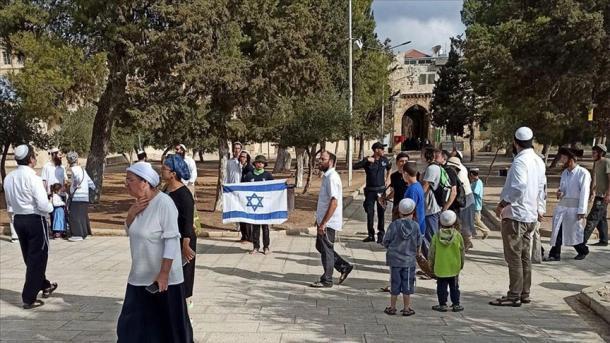 Hebrenjtë fanatikë hapin flamurin izraelit në oborrin e Xhamisë Al-Aksa   TRT  Shqip