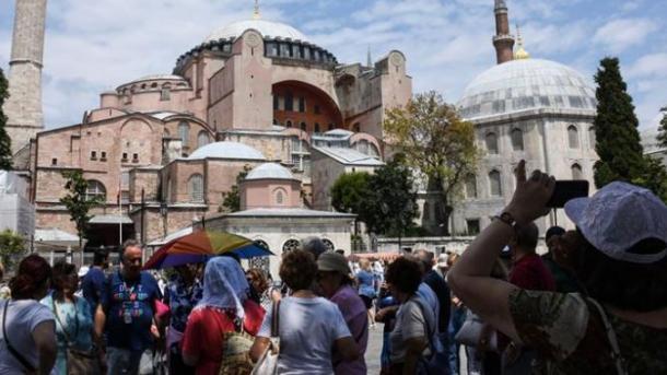 Turistët shpenzojnë mbi 1,5 miliardë dollarë për veshje dhe këpucë në Turqi | TRT  Shqip