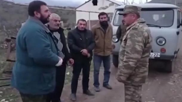 Ushtarët azerbajxhanas ndihmojnë civilët armenë që nuk kanë mundur të evakuohen | TRT  Shqip