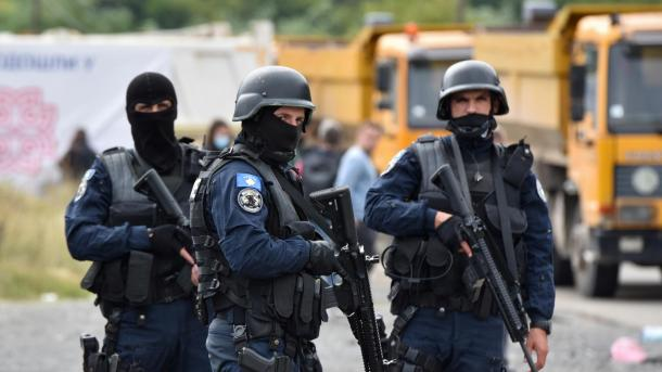 Ndalimi i hyrjes së automjeteve me targa serbe në Kosovë shkaktoi tensionime mes dy vendeve   TRT  Shqip