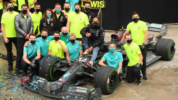 """Formula 1 - Hamilton fitoi edhe """"Grand Prix"""" turk   TRT  Shqip"""