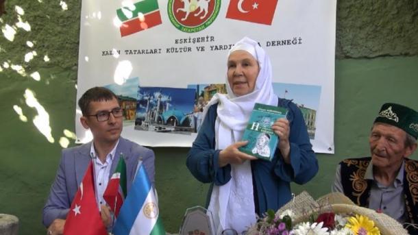 İskeşähärdä Fäwziyä Bäyrämova belän oçraşu   TRT  Tatarça