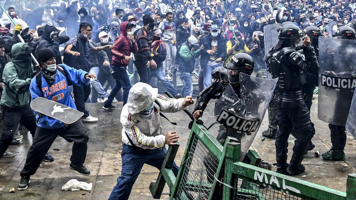 Dos muertos, toques de queda y militarización en Colombia tras jornada de  paro nacional