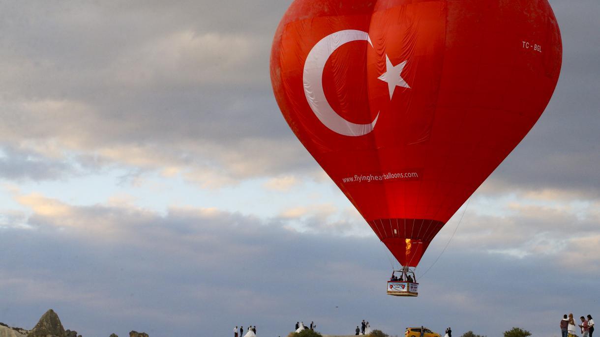 Turska: Crveni balon u obliku srca sa simbolima turske zastave nad Kapadokyom (FOTO)