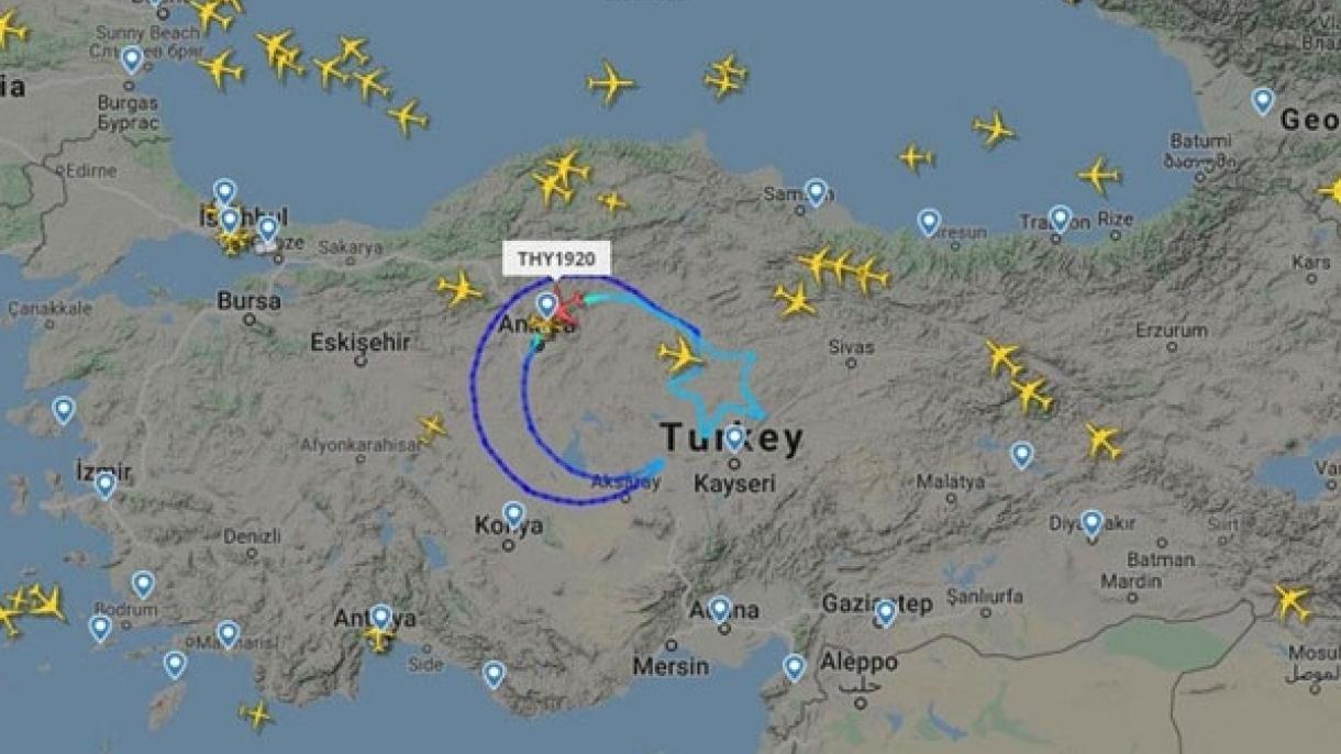 Un avion retrace dans le ciel un drapeau géant de la Turquie