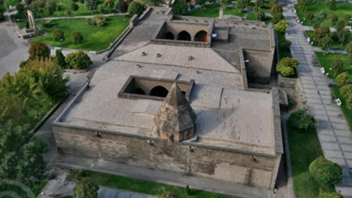 A e dini se fakulteti i parë i mjekësisë në botë është themeluar në Kayseri në shekullin e 13-të?