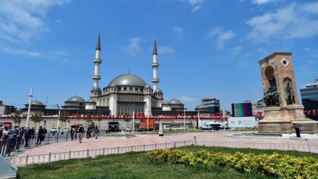 Interes i lartë për Xhaminë e Taksimit nga turistët vendas e të huaj