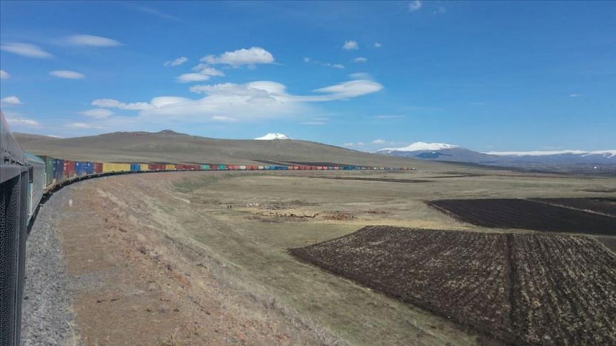Turquie : le train de 940 mètres transportant des produits exportés, en route vers l'Asie centrale