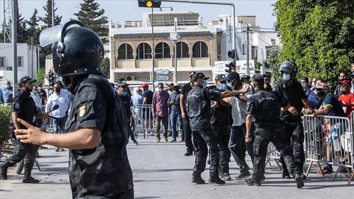 Túnez: la policía intervino en concentración de los opositores al golpe y  los partidarios