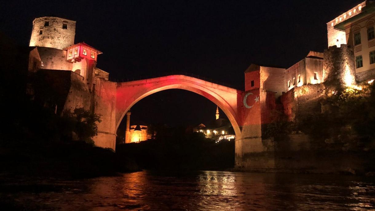 Stari most u Mostaru u bojama zastave Republike Turske